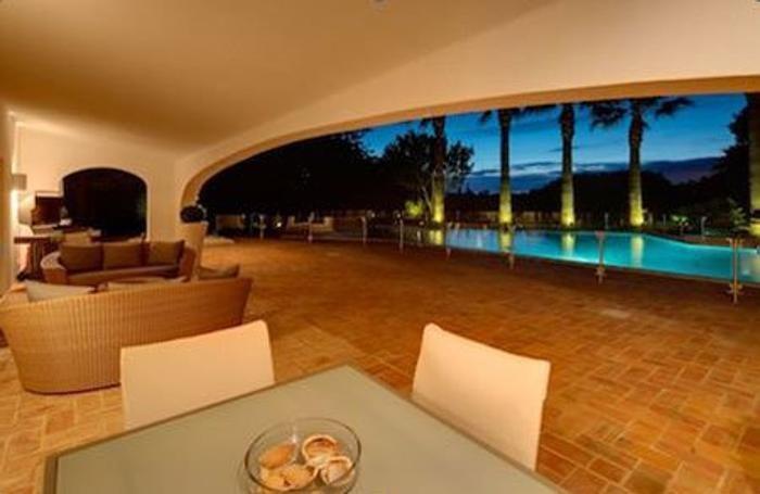 La veranda coperta che dà sull'enorme piscina