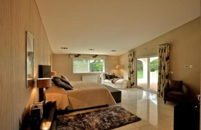 Una camera da letto della villa