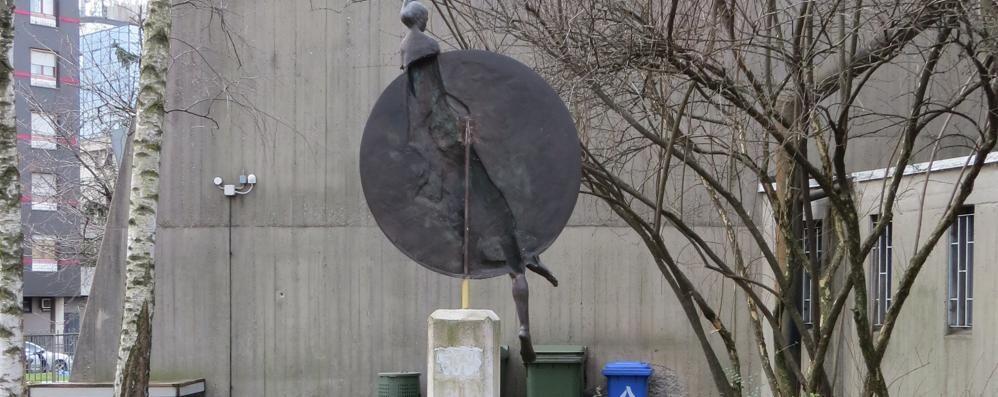 Vandali in azione alla Malpensata «Girato» il monumento al Donatore