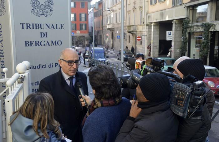 Claudio Salvagni davanti al tribunale di Bergamo