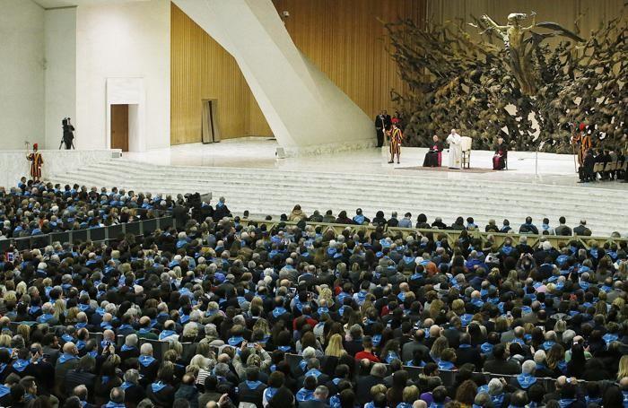Papa Francesco in aula Paolo VI durante l'incontro con i componenti di Confcooperative,ANSA/ FABIO FRUSTACI