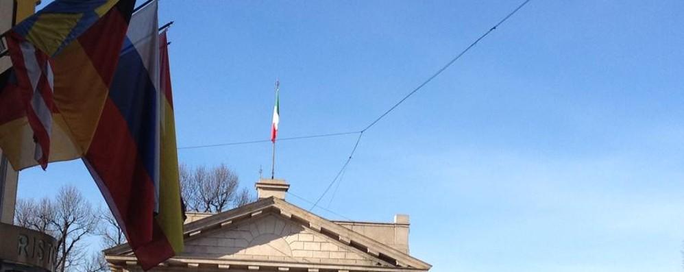 Bergamo, tolte le luci di Natale. Ma... «Quei cavi, indecorosa ragnatela»