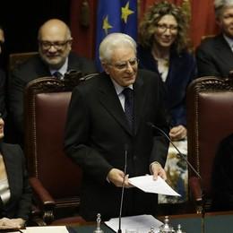 Il presidente della  Repubblica Sergio Mattarella. A sinistra la presidente della Camera, Laura Boldrini, a destra la vicepresidente del Senato, Valeria FedeliAnsa