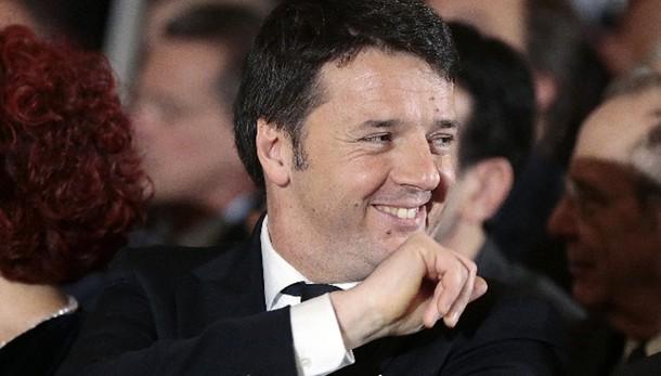 Stretta di mano tra Renzi e Berlusconi