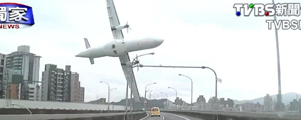 Aereo TranAsia caduto a Taiwan: 31 morti, salvo  l'autista del taxi - Video