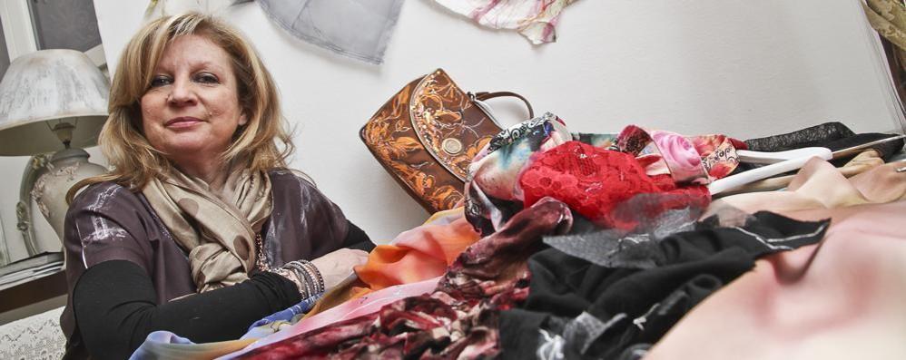 Dipingere i tessuti dell'Alta moda Mitzi Micalef mette l'arte sulla seta