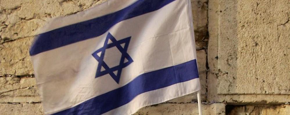 Espone la bandiera israeliana Arrivano insulti e grida pro Isis
