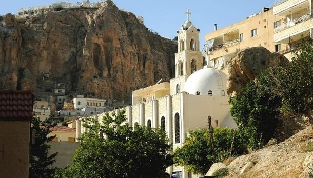 Isis, rimuovere croci da chiese in Siria