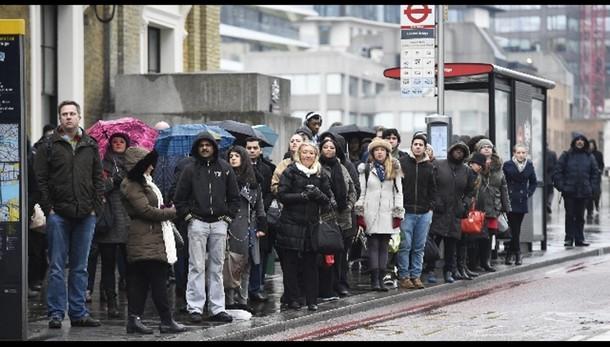 Metà bus Londra fermi per sciopero, code