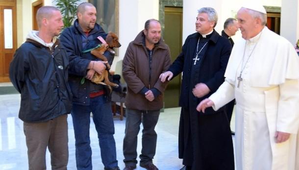 Papa: dona 300 ombrelli a clochard Roma