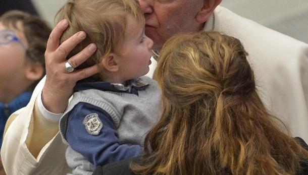 Papa: priorità tutelare minori da abusi
