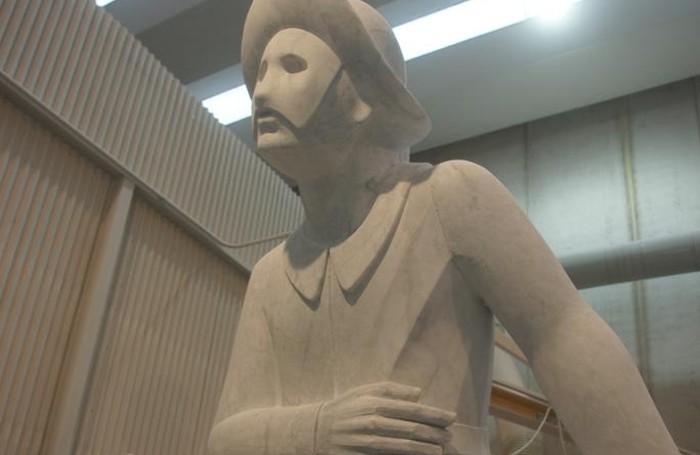 La statua di Arlecchino durante la lavorazione