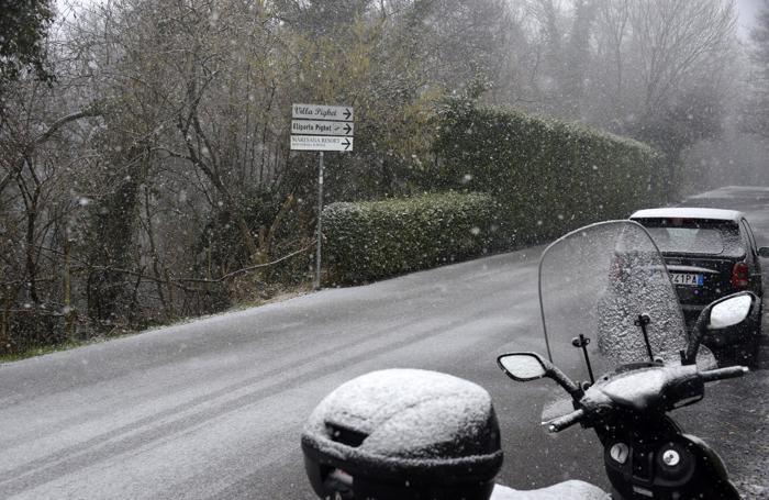 La neve sui colli di Bergamo (sopra, nella foto Cesni, la situazione sulla Brebemi alle 13,30)