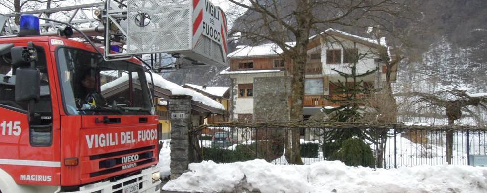 Vigili del fuoco, 60 interventi per neve «Attenzione ad alberi e tettoie»