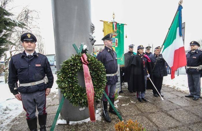 Il picchetto d'onore davanti al monumento sul luogo dell'uccisione, al casello autostradale di Dalmine