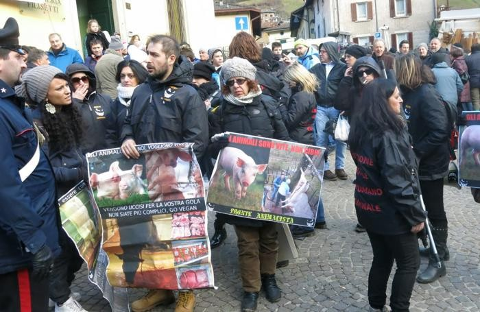 I manifestanti ad Ardesio