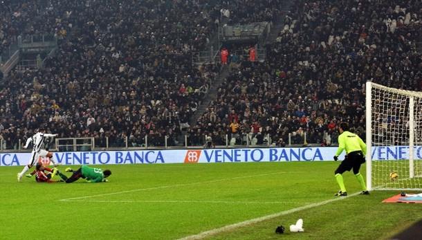 Calcio: Milan attacca su gol Tevez