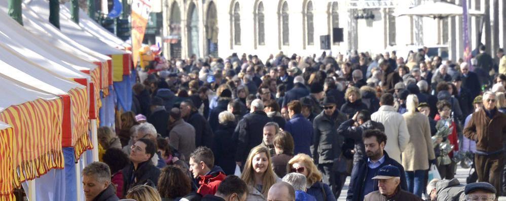 Bergamo, piace il centro pedonale Bar e bancarelle fanno il pieno