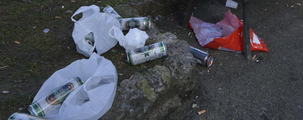 Bottiglie e lattine, spettacolo triste durante la passeggiata in città