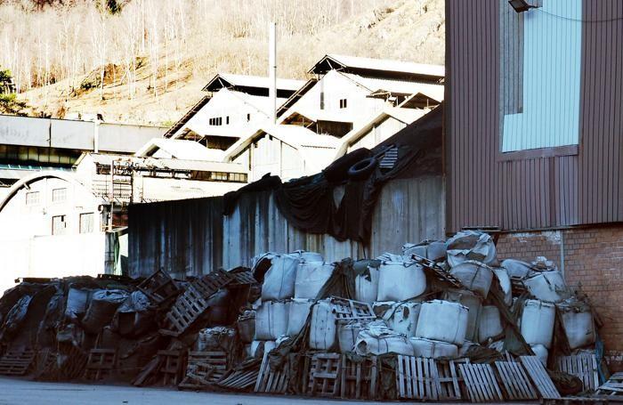 Materiale stoccato all'esterno della Selca