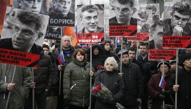 Renzi, un fiore su luogo agguato Nemtsov