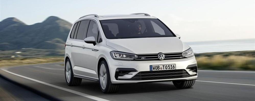 Verso Ginevra/8 Sfila  la Volkswagen Touran