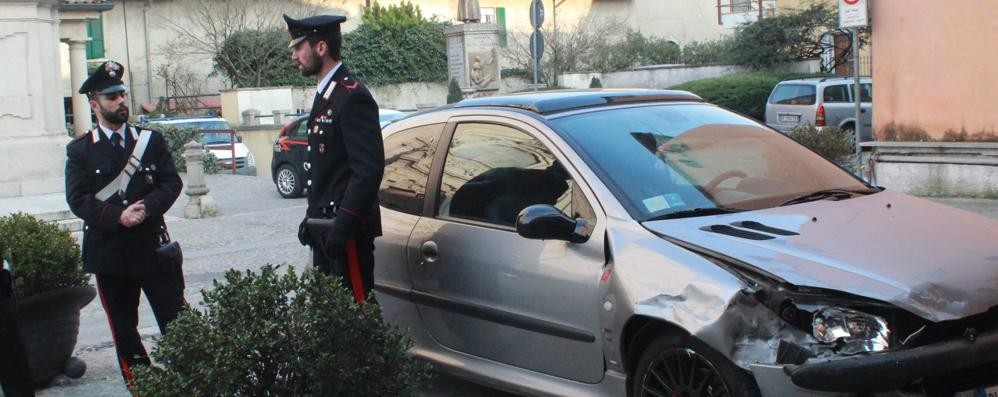 Scappano all'alt e speronano due auto Presi dai carabinieri, scatta l'applauso