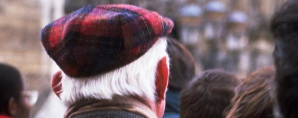 Truffa della catenina, allerta anziani «Attenti all'auto grigia in zona stadio»
