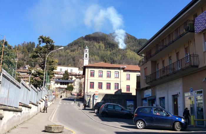 Il fumo che si alza sul monte Cimiero