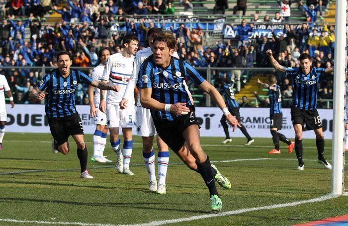 Il difensore dell'Atalanta Guglielmo Stendardo esulta dopo il gol dell'1-0