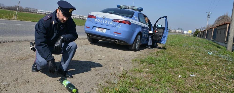 Banditi in moto fermano un'auto Donna di 60 anni aggredita e rapinata