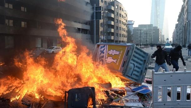 Assedio a Bce, auto bruciate e feriti