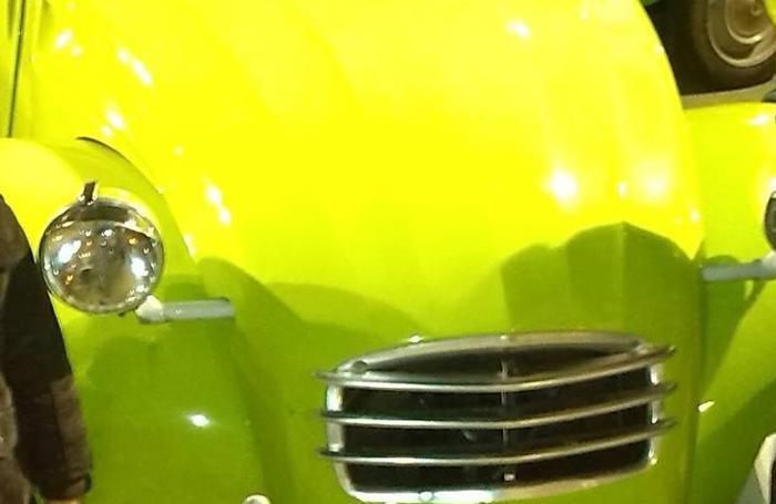 Il colore verde acceso dell'auto
