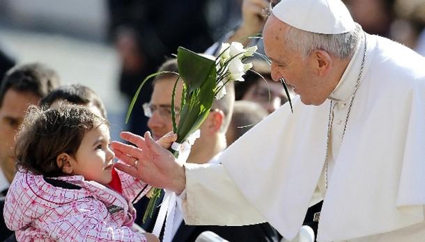 Papa: bimbi grandi esclusi umanità