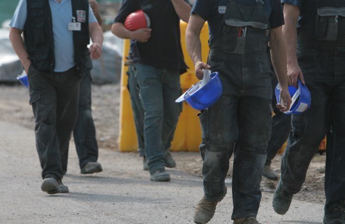 L'uscita degli operai dal cantiere dopo l'incidente