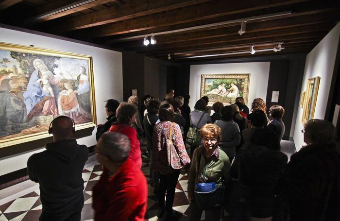 Visitatori alla mostra di Palma il Vecchio alla Gamec di Bergamo