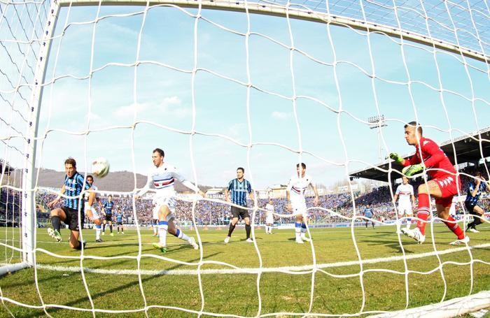 Il difensore dell'Atalanta Guglielmo Stendardo segna il gol dell'1-0 contro la Sampdoria