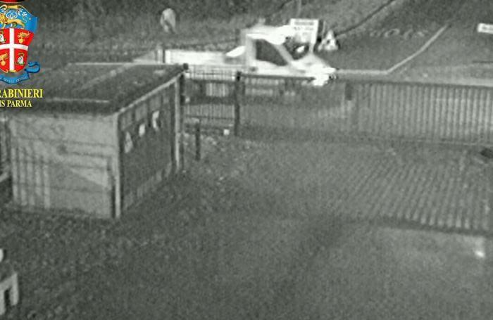 Il furgone ripreso nei pressi della palestra