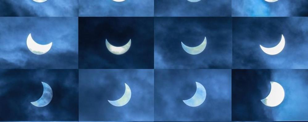 Eclissi tra le nuvole - foto e video In tanti con il naso all'insù: che magia