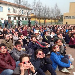 I ragazzi della scuola secondaria di Bolgare mentre ammirano l'eclisse di sole