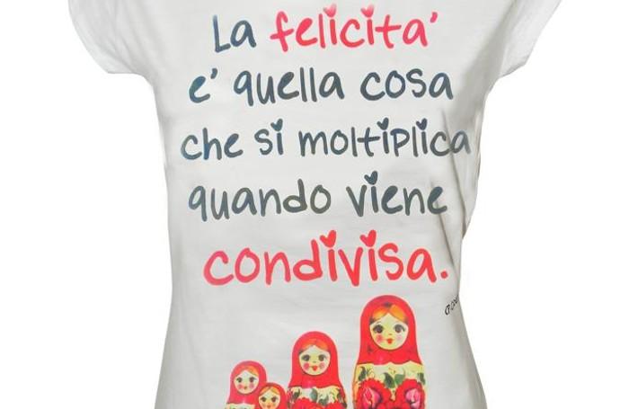Una maglietta appositamente realizzata per questa Giornata della Felicità da Tip & Top. La frase del lo scrittore Paulo Coelho