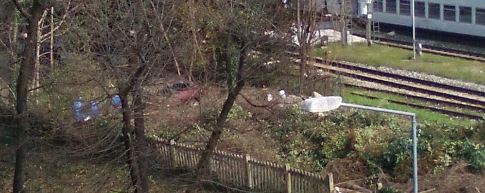 Pulizie di primavera lungo la ferrovia Ed ecco che spunta pure una macchina