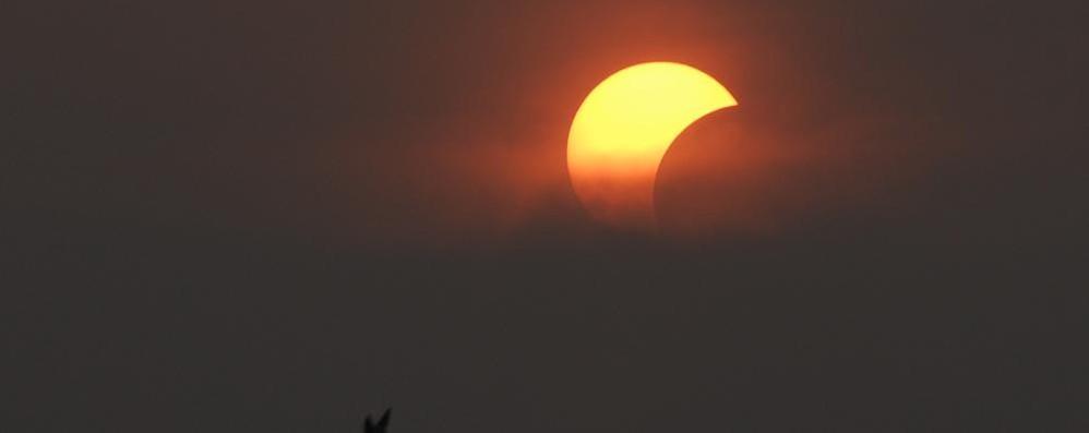 Sull'eclissi incombono le nuvole Ma per la sfilata c'è uno spiraglio