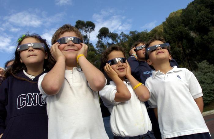 Per guardare l'eclissi bisogna armarsi di occhiali o lenti speciali