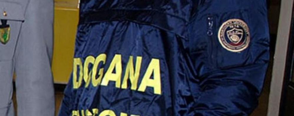 Abbigliamento sportivo contraffatto sequestrato dalla dogana in aeroporto