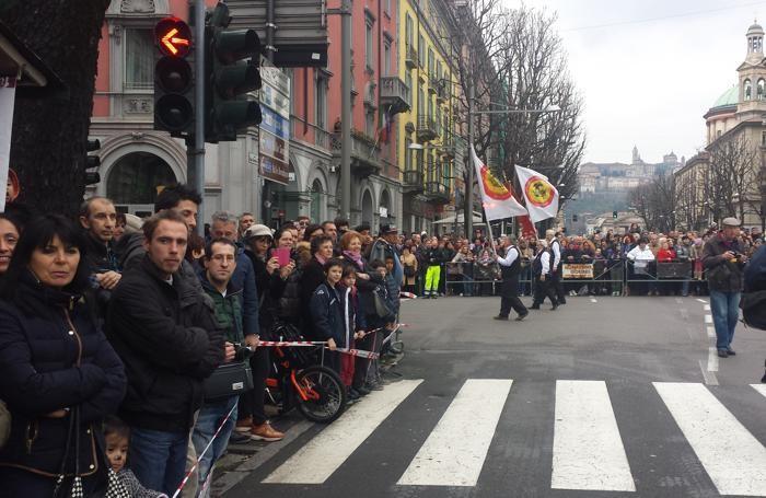 Folla in viale Papa Giovanni