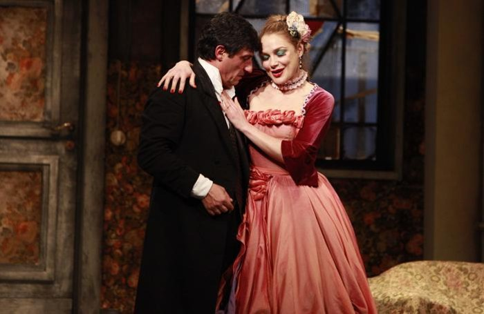 Una scena di «Sarto per signora»:  Emilio Solfrizzi  con Fabrizia Sacchi