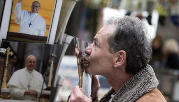 Papa:incontra clochard in visita a Musei