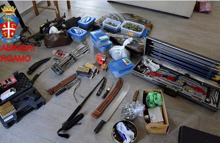 Armi da taglio, frecce e altri oggetti sequestrati
