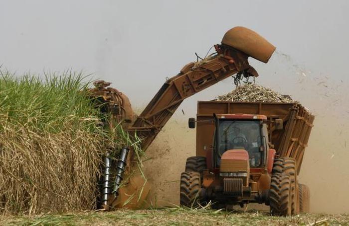 Agricoltura, un trattore al lavoro